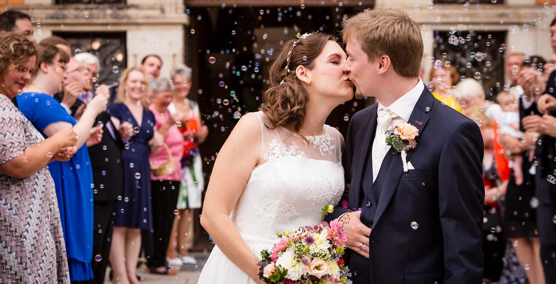 Hochzeitspaar nach der Trauung, Kuss